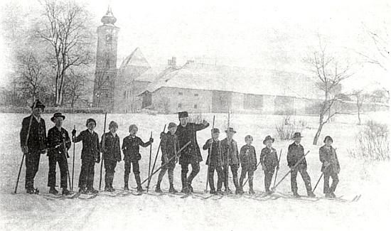 Jako mladý kaplan v lednu roku 1924 učí děti lyžovat - v pozadí místní kostel sv. Václava