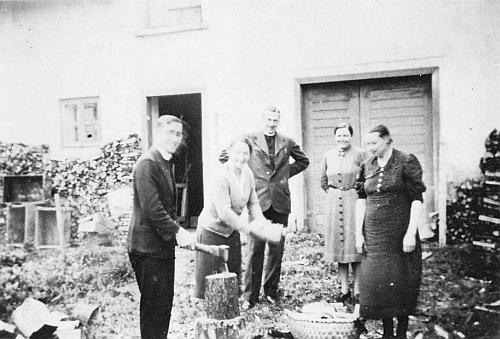 Snímek z roku 1941 jej zachytil na Kvildě (stojí uprostřed) s Franzem Reinischem