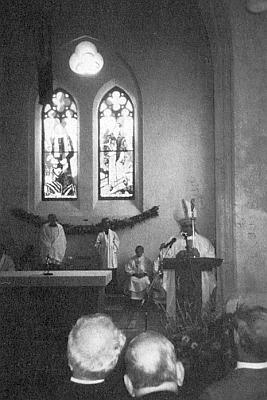 Biskup Antonín Liška káže při znovuvysvěcení kostela ve Zvonkové 22. srpna 1992, za ním i okno se zpodobením Unzeitigovým
