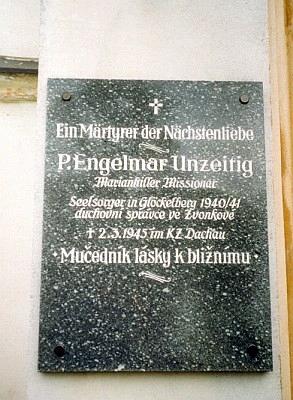 Pamětní deska na kostele ve Zvonkové