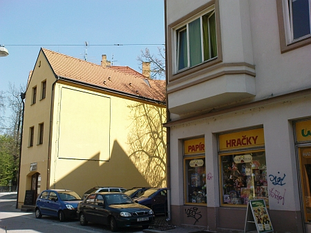Tady stával v českobudějovické Kněžské ulici jeho dům čp. 290 (levý pohled z Kněžské, pravý z Hradební ulice)