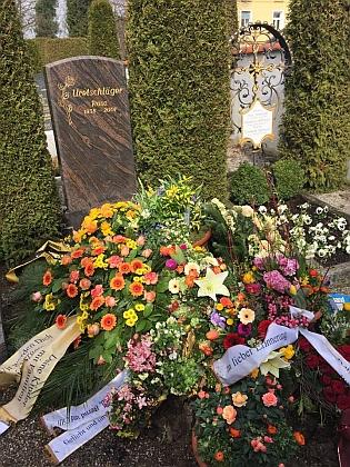 Záběry jeho čerstvého hrobu