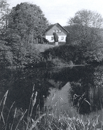 Rodný dům nad Vltavou na snímku z roku 2000