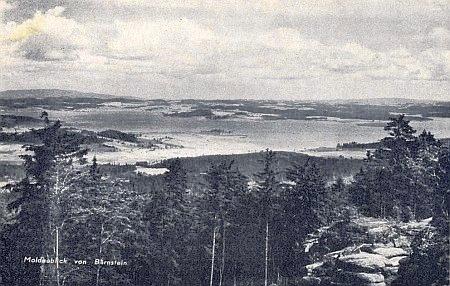 """Pohlednice zachycující někdejší """"Moldaublick"""" z Bärnsteinu - dnes má ten název novější rozhledna na blízké hoře Sulzberg (1041 m n. m.)..."""