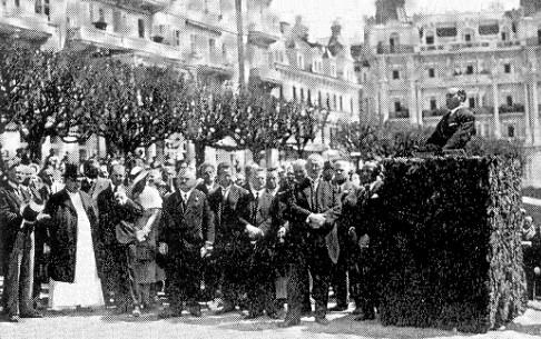 Johannes Urzidil na tribuně při odhalování Goethovy sochy v Mariánských Lázních o svatodušní neděli 1932 ještě jako rada německého velvyslanectví v Praze (s cylindrem a v řádovém úboru stojí vlevo opat kláštera v Teplé Gilbert Helmer, význačný znalec Tepelského kodexu)