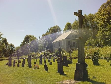 Ten druhý kříž zprava v první řadě patří faráři Aloisi Esslovi
