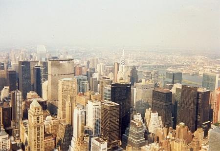 K próze Pohled ze Stingelfelsen: Pohled na Alpy ze zimní Smrčiny na pohlednici krumlovského fotografa Josefa Wolfa a New York zEmpire State Building