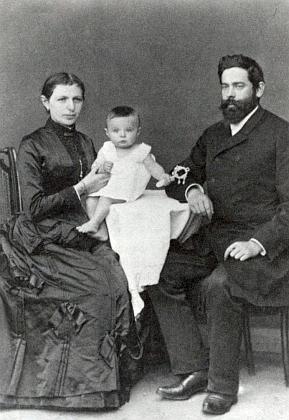 Ve stáří asi jednoho roku se svými rodiči Elise aJosefem Urzidilovými