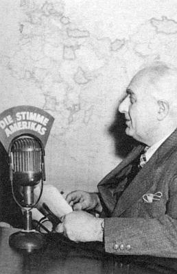 Před mikrofonem německého vysílání Hlasu Ameriky v roce 1952