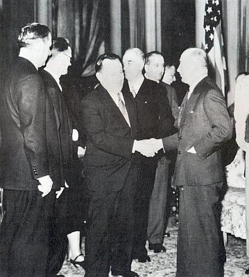 Stojí tu v blízkosti prezidenta Beneše čtvrtý zprava při slavnostním přijetí v newyorském hotelu Waldorf Astoria 10. května roku 1943