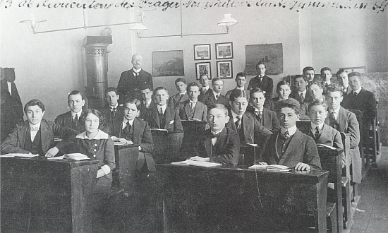 Maturitní třída c.k. státního německého gymnázia Na Příkopech v červnu roku 1913 - Urzidil sedí v první lavici vpravo