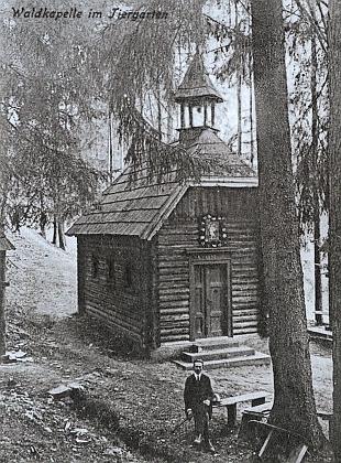 Šipín, rodiště Urzidilova otce, na staré pohlednici, bunkr československého opevnění v jeho okolí a poutní kaple v blízké oboře