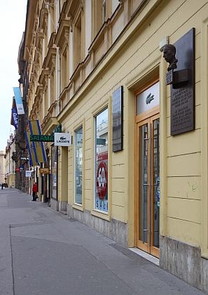 Jeho pamětní deska v pražské ulici Na Příkopě, nalevo od pamětní desky Rainera Maria Rilkeho
