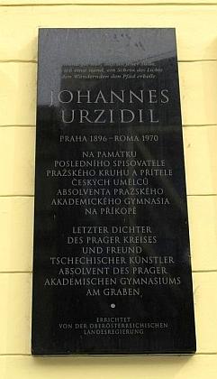 """Detail pamětní desky na budově, kde absolvoval roku 1903 """"K.k. deutsche Staats-Gymnasium in Prag-Neustadt-Graben"""" (Akademické gymnázium zde sídlilo až v letech 1920-1945)"""