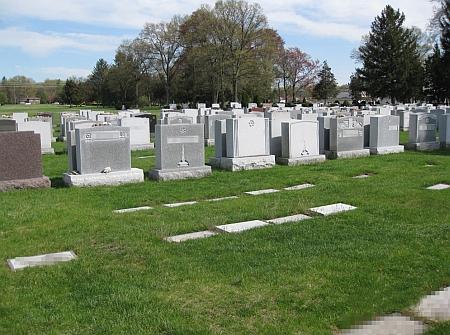 Židovský hřbitov v Paramus, New Jersey, kde je pochována