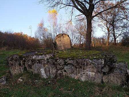 Torzo bunkru, vyhozeného demonstrativně nacisty do vzduchu při Hitlerově návštěvě Křenova