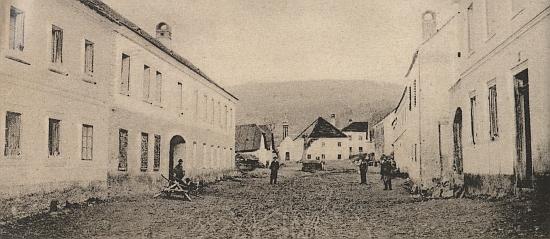Na starém snímku křenovské návsi je jeho dům čp 13 vzadu vlevo vedle kaple