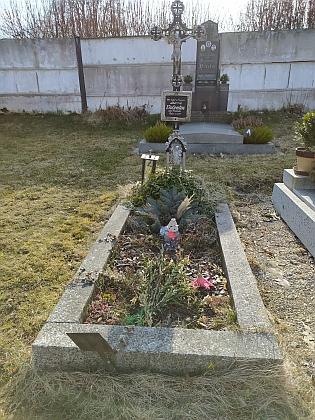 Na kájovském hřbitově najdeme i hrob Marie Valentinové, bez udání roku narození a úmrtí - mohlo by se jednat o babičku z otcovy strany nebo druhou manželku Johanna, což je pravděpodobnější