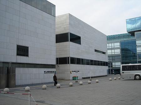 Dolnorakouská zemská knihovna v Sankt Pölten, vlevo budova zemského archivu