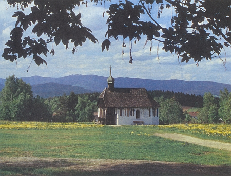 Kaple u hradu Weissenstein s umrlčími prkny