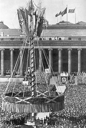 Májka z Boubína na 1. máje 1939 v berlínské Lustgarten, za ní tribuna, kde právě řeční sám Adolf Hitler