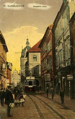 Stará pohlednice zachycuje část Divadelní ulice (dnes Dr. Stejskala), kde bývalo Veithových kadeřnictví