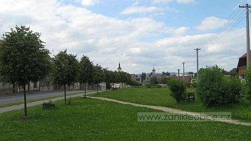 Travou porostlé místo, kde v Chodové Plané stávala synagoga na snímku z roku 2007