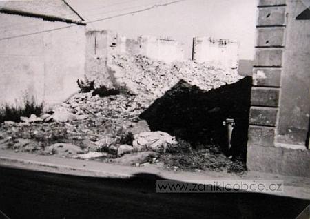 Ruina synagogy v Chodové Plané, zbořené údajně v létě roku 1962