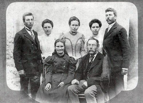 Rodinná fotografie, pořízená někdy kolem roku  1900, zachycuje sedící pár Johanny a Franze Veitsových, za nimi pak odleva stojí syn Leopold, dcery Kathi, Resi, Marie a syn Franz, pozdější hospodář na Stögerově Huti (nasnímku chybí syn Adolf, který tehdy prodělával vojenskou službu)