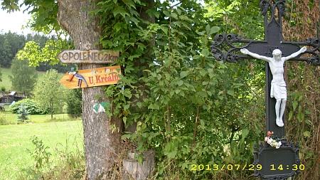 Ukazatel na jeho rodný Opolenec (Oppelitz) v Touškově (Tuschkau) a místní tabule při okraji cesty k Opolenci