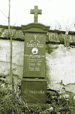 Původní podoba jeho náhrobku ve Volarech na snímku z roku 1946 - nynější náhrobek dal vsadit na stejné místo malířův vnuk Fritz Veits se jménem svého otce a malířova syna Franze Veitse mladšího