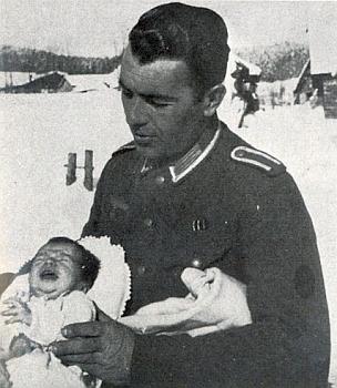 Franz Veits se svou čtrnáct dnů starou dcerou veStögerově Huti v únoru 1944