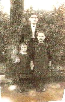 Babička Erhardtová s Inge Sommerovou a její mladší sestrou Evou