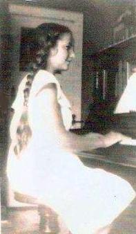 Sedmnáctiletá Inge u klavíru