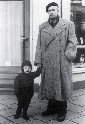 O Vánocích 1949 s dcerkou Johannou na berlínském Krsfürstendammu