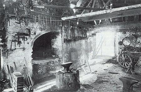 """Vnitřek kovárny zvané """"Prinzenschmiede"""" v Železné Rudě na starém snímku"""
