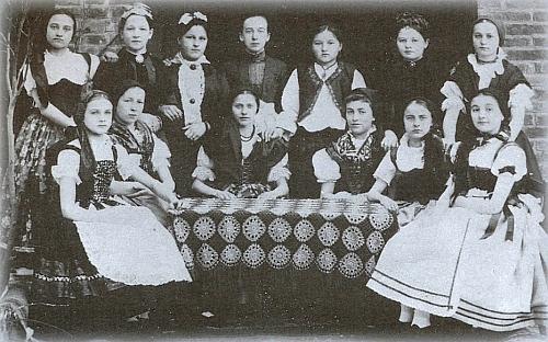 Dívky ze Železné Rudy v krojích na snímku z doby kolem roku 1900