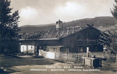 Starobylá kovárna v Železné Rudě se nacházela v alpském domě s kameny na ploché střeše, zachovaném dodnes