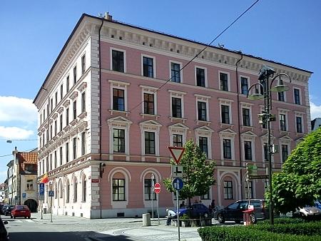 Bývalá školní budova v Kněžské ulici v Českých Budějovicích, kde vyučoval a bydlel (viz stará fotografie v předchozím textu D.Kováře) - dnes (2011) zde sídlí magistrátní úřady