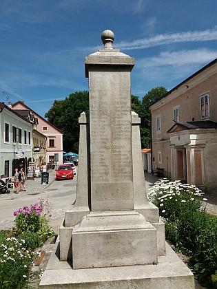 Památník obětem obou světových válek ve Frymburku - nová deska byla přidána na původní památník padlým v první světové válce, na němž byla po té druhé německá jména smazána