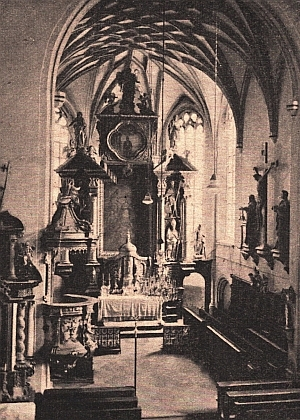 Kněžiště frymburského kostela s výraznou klenbou na starém snímku