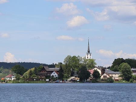 Pod kostelem je dnes jezero