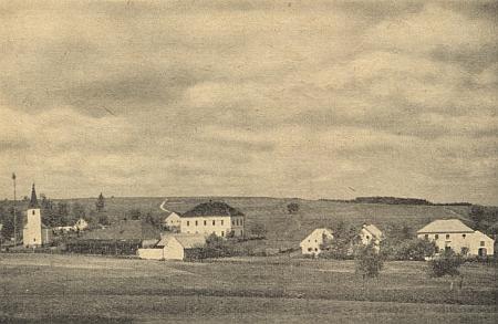 Ves Kondrač (Neudorf) s kostelem, školou a hostincem na staré pohlednici