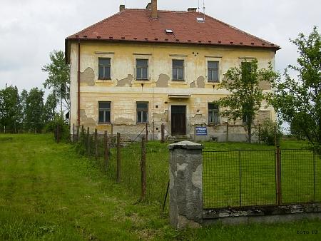 Kostel a bývalá škola v Kondrači na snímcích z roku 2013