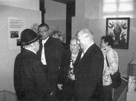 Tady se svou manželkou hovoří s účastníkem výstavy k výročí 750 let vyšebrodského kláštera na zámku Ellwangen v roce 2009