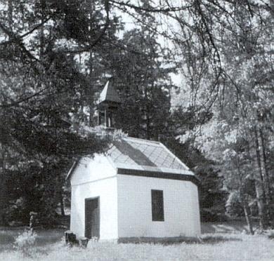 Obnovená kaple v někdejším Putíně stojí dnes už za plotem jelení obory