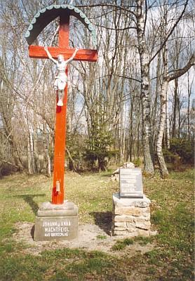 Na místě někdejšího kostela v blízkých Cudrovicích stojí kříž Johanna a Anny Wachtfeidlových z Milešic
