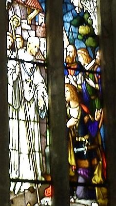 Zde je žehnající zachycen v jednom z vitrážových oken vyšebroského klášterního kostela