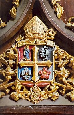 Znak generálního opata Leopolda Wackarže s řádem Františka Josefa I. na opatském křesle v presbyteriu klášterního kostela ve Vyšším Brodě
