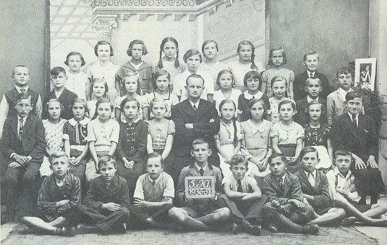 Tady je zachycen se spolužáky z 5. třídy obecné školy v Nových Hradech školního roku 1936/37 prvý zprava v zadní řadě